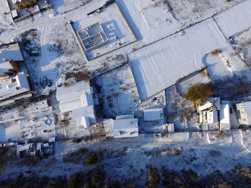 Widok z lotu ptaka wieś z pierwszy śnieżnym trutnia wizerunkiem zdjęcie royalty free