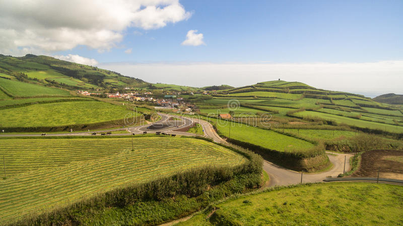 Widok z lotu ptaka wiejski krajobraz Sao Miguel wyspa z krowami Azores Portugalia zdjęcia royalty free