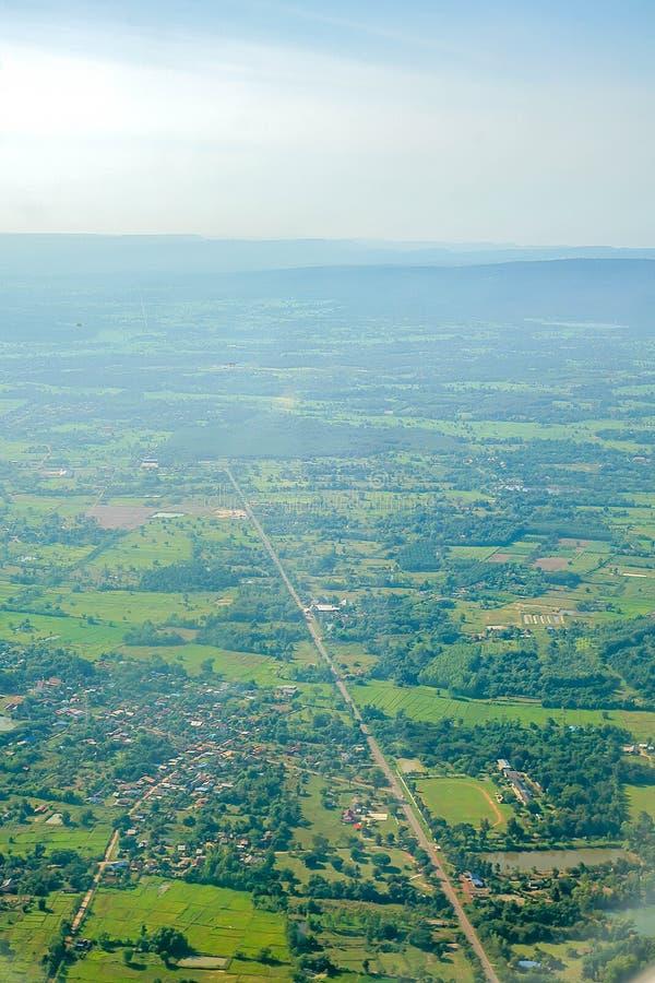Widok z lotu ptaka wiejskie ulicy meandruje przez wiosek zdjęcia stock