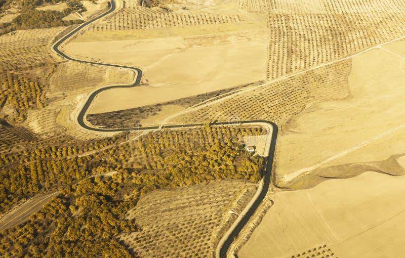 Download Widok Z Lotu Ptaka Wijąca Rzeka Otaczająca żółtym Pszenicznym Polem Zdjęcie Stock - Obraz złożonej z winding, plenerowy: 53785516