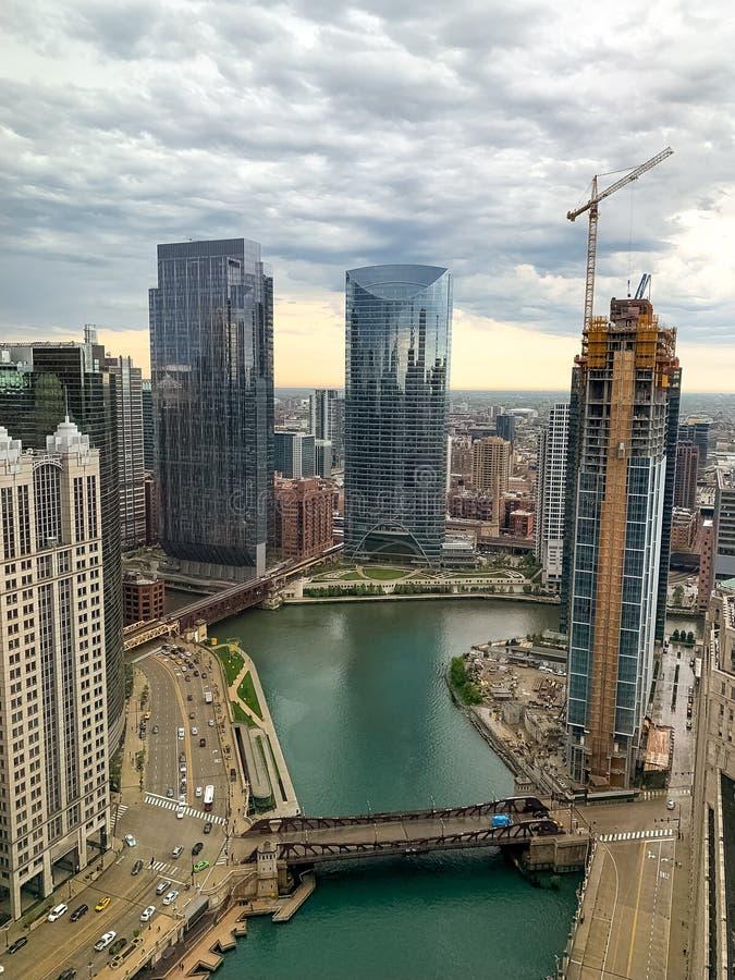 Widok z lotu ptaka wiosny burzy kołysanie się wewnątrz nad Chicagowską pętlą i Chicago rzeką obraz stock