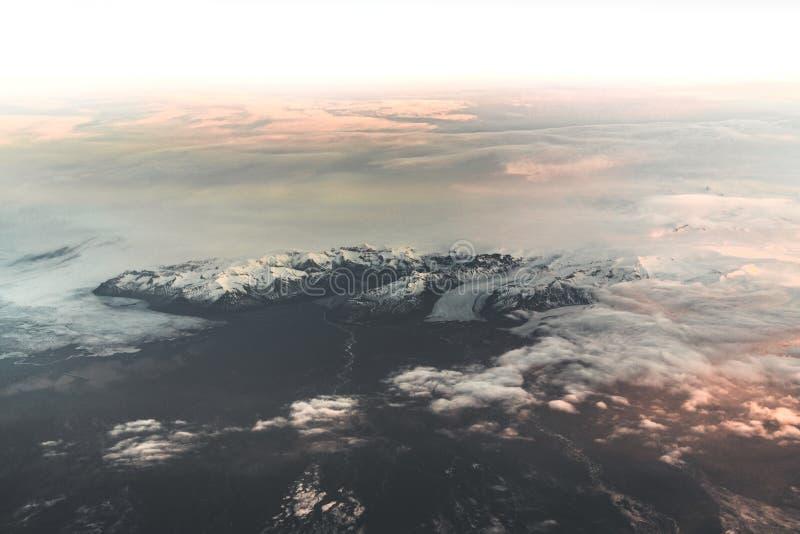 Widok z lotu ptaka wschód słońca w zimy natury krajobrazie w północnym Iceland z lodowami w tle do góry śnieżne fotografia stock