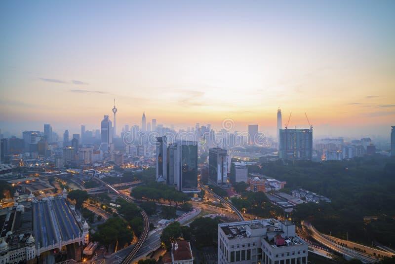 Widok z lotu ptaka wschód słońca przy Kuala Lumpur miasta linią horyzontu obrazy stock