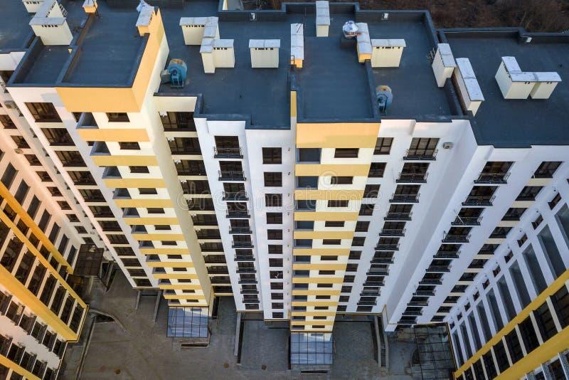 Widok z lotu ptaka wysoki budynku mieszkaniowego kompleks B??kitny p?aski dach z kominami, wewn?trzny jard, rz?d okno Trute? foto obraz stock