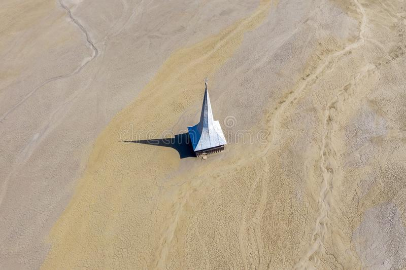 Widok z lotu ptaka zalewający i zaniechany kościół obrazy stock