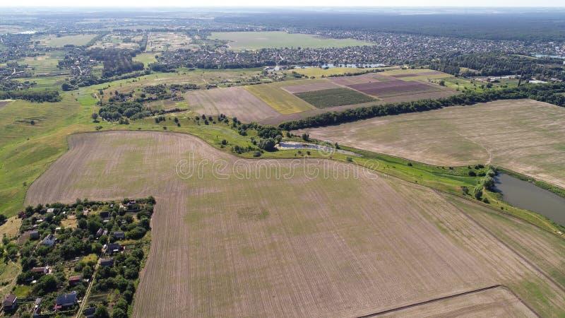 Widok z lotu ptaka zaorany pole i mały kawałek krawędź wioska obrazy royalty free