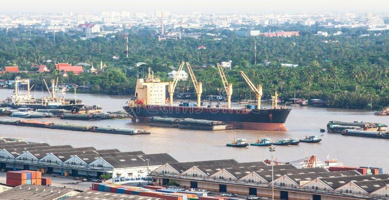 Widok z lotu ptaka zbiornika statek, ?adunku statek i miejscowy ??d? na Chao Phraya rzece blisko Bangkok portu, Tajlandia obraz royalty free