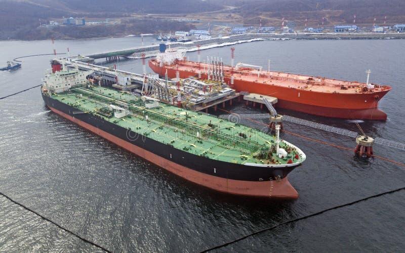 Widok z lotu ptaka zbiornikowiec do ropy statku ładowanie w porcie, fotografia royalty free