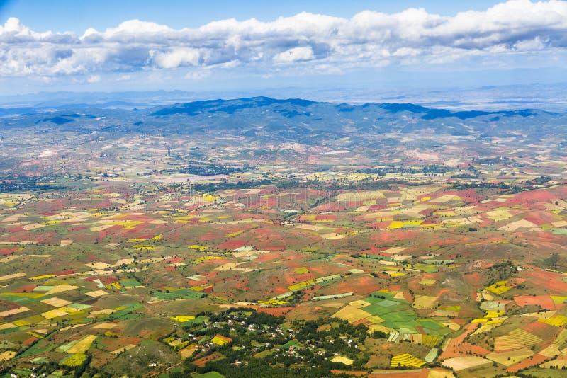 Widok z lotu ptaka ziemie uprawne pod niebieskim niebem zdjęcia stock