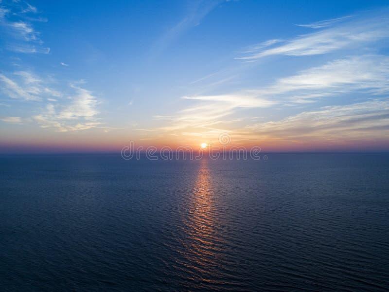 Widok z lotu ptaka zmierzchu nieba tło Powietrzny Dramatyczny złocisty zmierzchu niebo z wieczór niebem chmurnieje nad morzem Osz obraz royalty free