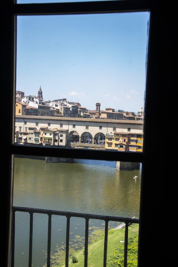 Widok z okna Galerii Uffizi do Ponte Vecchio, znany jako Old Bridge of Florence, Włochy zdjęcia royalty free