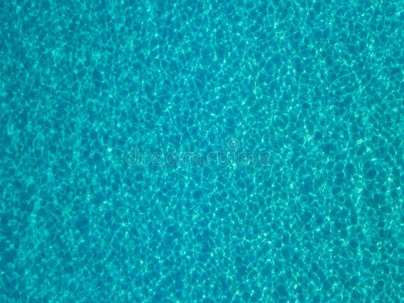 Widok z powietrza na dno morskie piaszczyste, krystalicznie czysta niebieska woda, odbicia słońca powodują fale na powierzchni mo obrazy royalty free