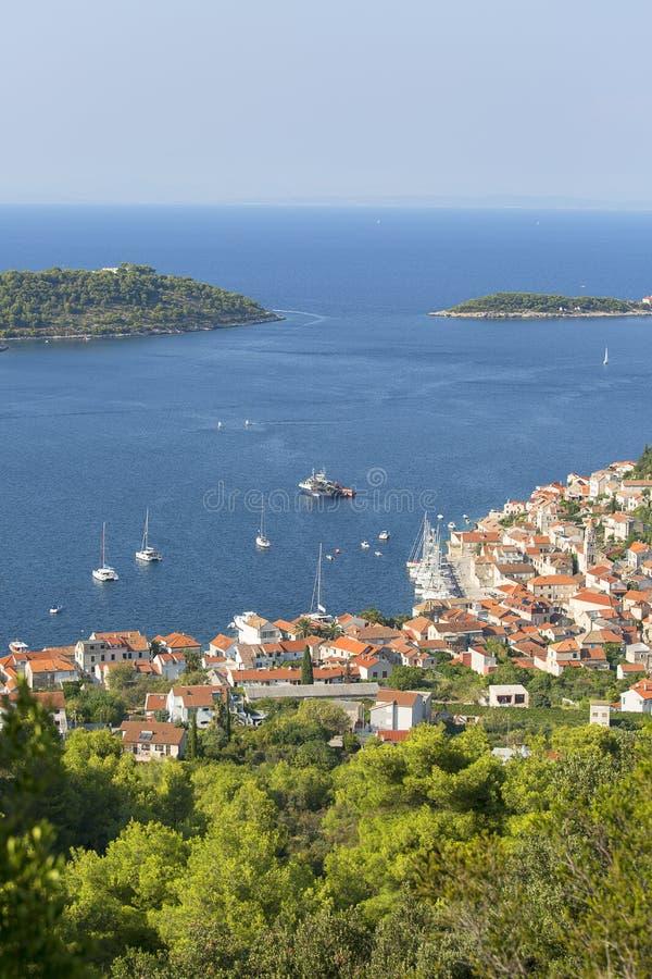 Widok z powietrza na miasto i Morze Adriatyckie, typowa architektura śródziemnomorska, Vis, Chorwacja zdjęcie royalty free