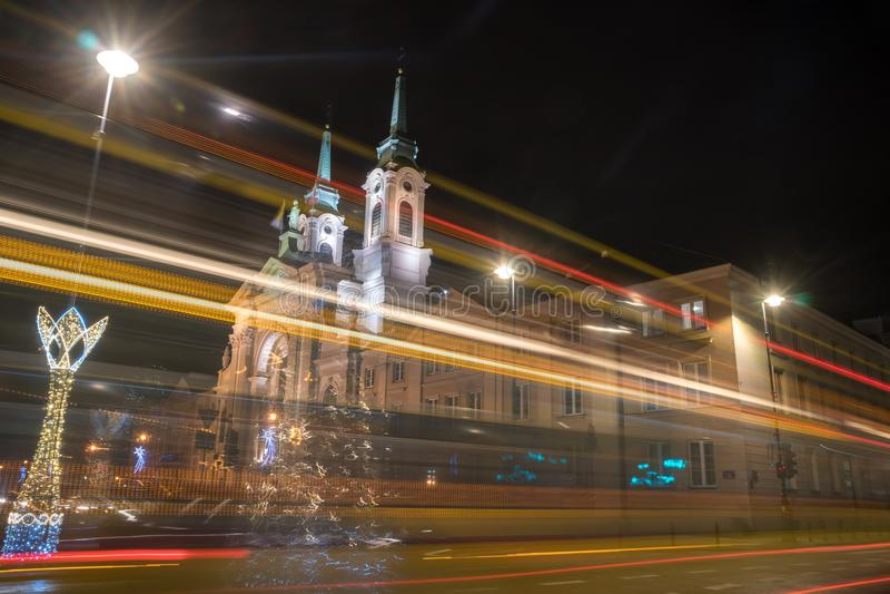 Widok z przodu barokowego kościoła w nocy Warszawa, Polska obraz stock