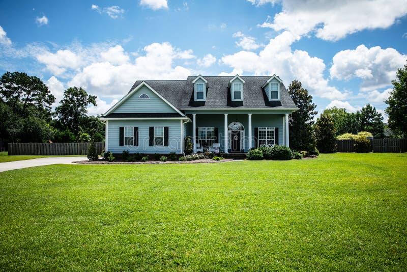 Widok z przodu niebieskiego domu z boku na przedmieściach fotografia royalty free