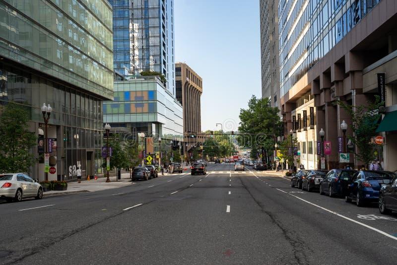 Widok z ulicy na Rosslyn, dzielnica Arlington Virginia, miasto o dużej gÄ™stoÅ›ci zaludnienia zdjęcia royalty free