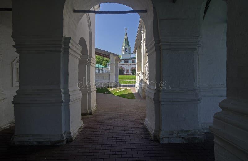 Widok z wewnątrz galery ortodoksyjny kościół na stary wierza zdjęcia stock
