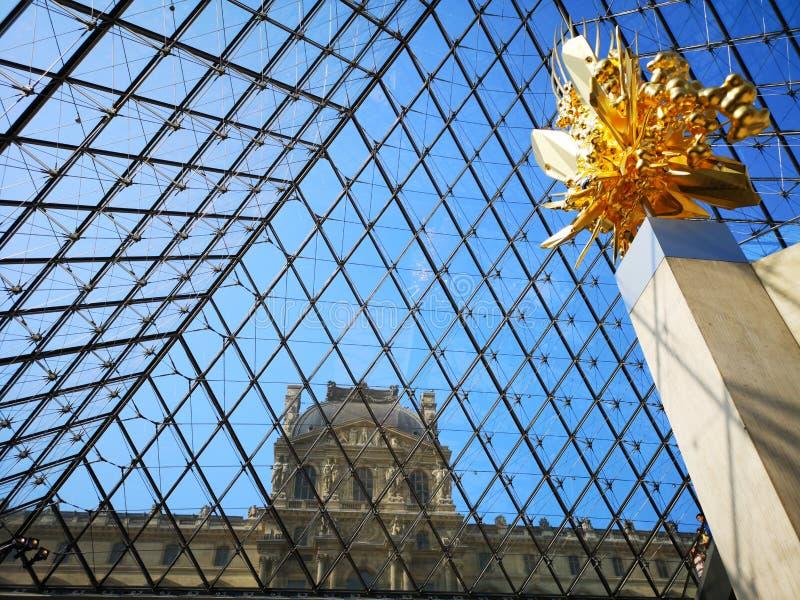 Widok z wewnątrz louvre Muzealnego ostrosłupa w Paryż, Francja obraz stock