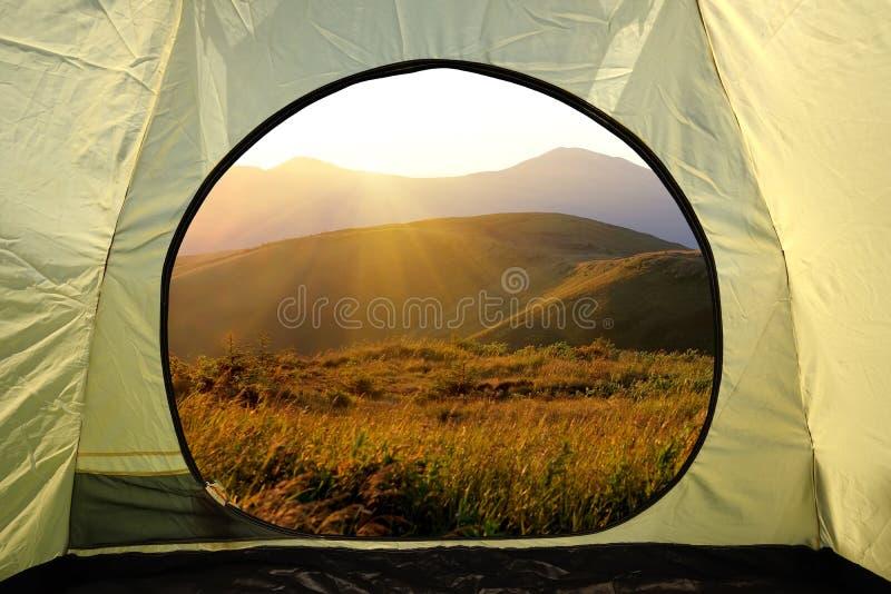 Widok z wewnątrz namiotu na góra krajobrazie obrazy stock