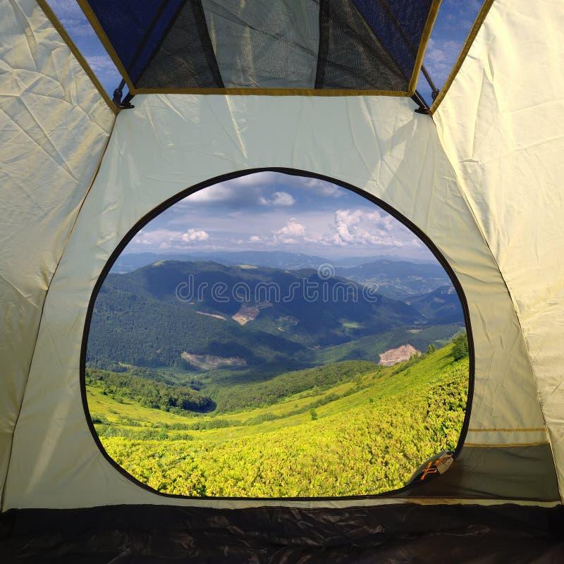 Widok z wewnątrz namiotu na góra krajobrazie zdjęcia stock