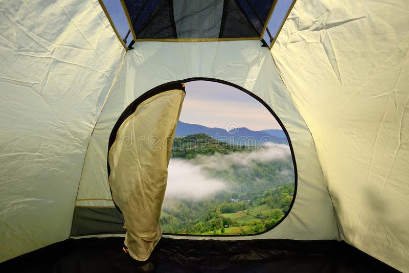 Widok z wewnątrz namiotu na góra krajobrazie fotografia royalty free