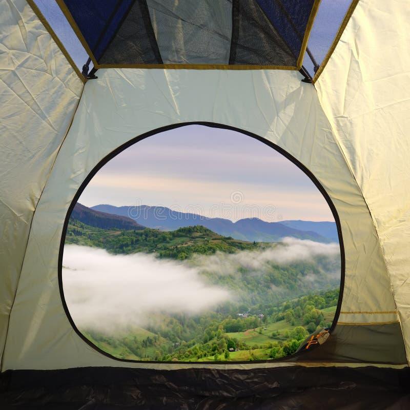 Widok z wewnątrz namiotu na góra krajobrazie zdjęcia royalty free