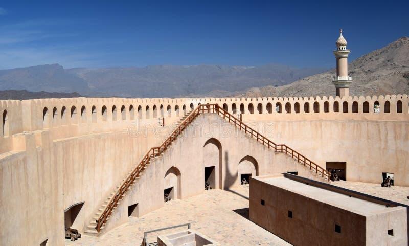 Widok z wewnątrz Nizwa fortu Przegapia góry w odległości, Nizwa, Oman fotografia royalty free