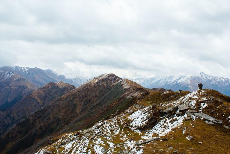 Widok z wierzchu chanderkhani przepustki w himalajskich górach fotografia royalty free