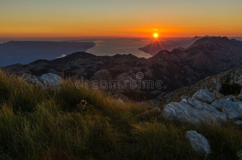 Widok z wierzchu Sveti Jure szczytu w Biokovo górach Chorwacja Brac wyspa na tle fotografia royalty free