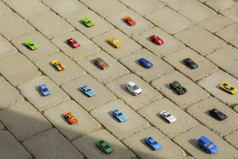 Widok zabawkarscy samochodów modele ostrożnie stawia dalej mnie each dzieckiem ` s miejsce Dziecka pojęcie obraz royalty free