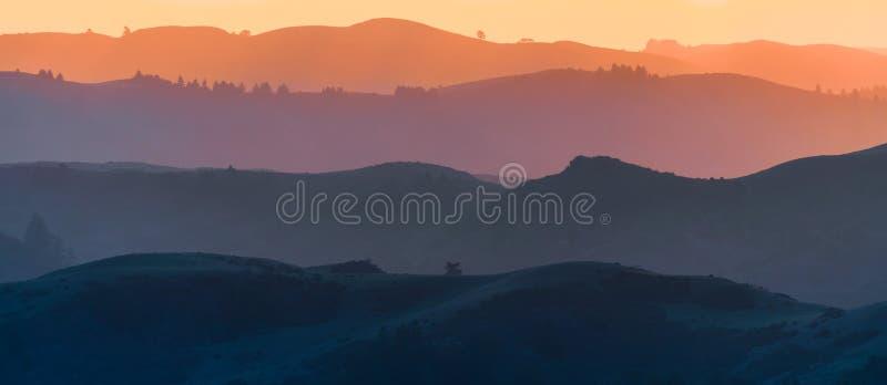 widok zachodu słońca na wzgórza i doliny, każda warstwa barwiona w inny sposób; Santa Cruz Obszar zatoki San Francisco, Kaliforni zdjęcia royalty free