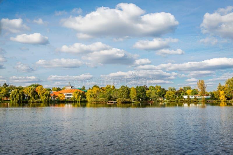 Widok zadziwiający krajobraz z jeziorem i niebieskie niebo z białymi chmurami Słone jezioro, Sosto, Nyiregyhaza, Węgry zdjęcia stock