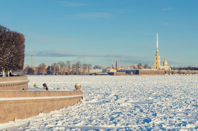 Widok zamarznięty Neva i forteca St Peter i Paul zdjęcie royalty free