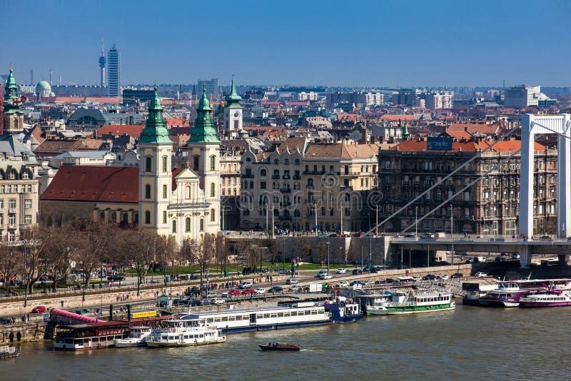 Widok zarazy strona Budapest miasto, Elisabeth most i Parafiański kościół wniebowzięcie dziewica, fotografia royalty free