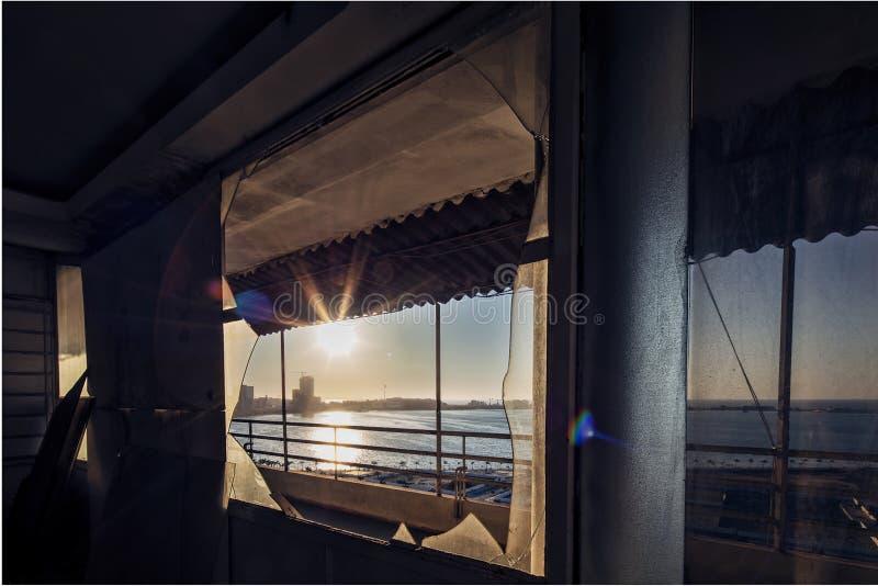 Widok zatoka Luanda Przez łamanego okno z znakomitym zmierzchem Angola africa zdjęcie royalty free
