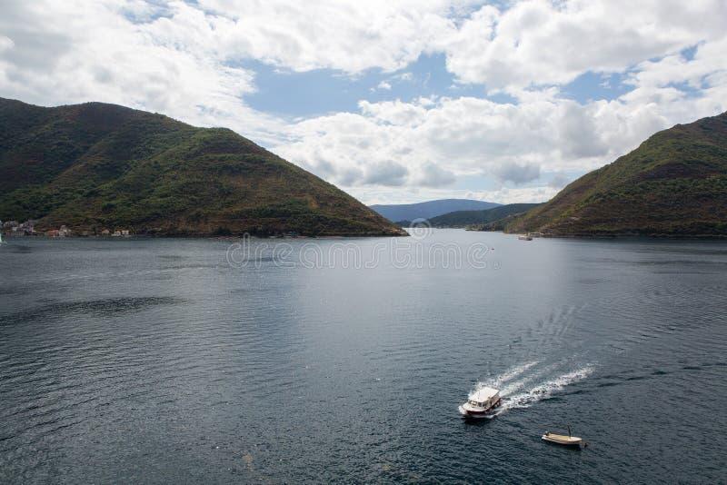 Widok zatoka z małą turystyczną łodzią fotografia stock