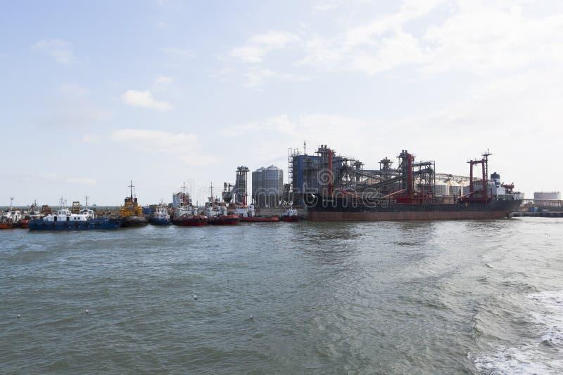 Widok zbożowy terminal port morski Kaukaz MF i ogólnoludzki statek WZRASTAŁ zdjęcia royalty free