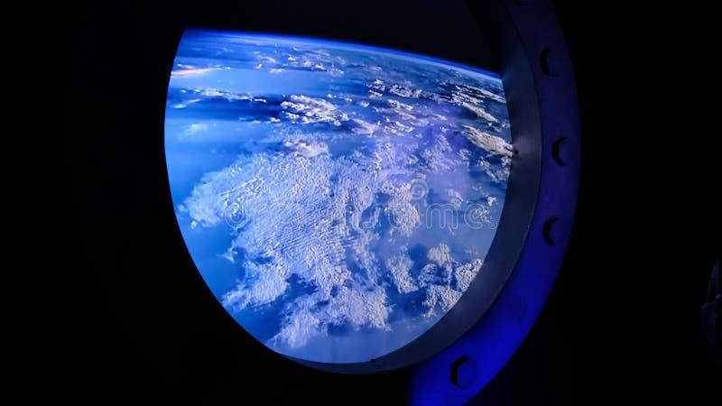 Widok ziemia przez porthole statek kosmiczny międzynarodowej stacji kosmicznej obraz royalty free