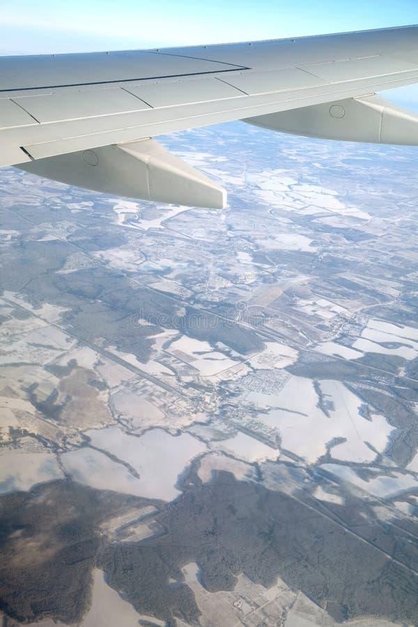 Widok ziemia w zima sezonie w środkowym lampasie pod samolotu skrzydła latającą wysokością w jasnym bezchmurnym niebie obrazy royalty free