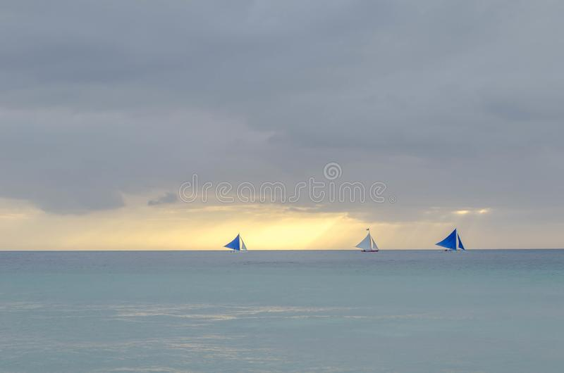 Widok zmierzch w morzu, Boracay plaża 2 żeglowanie łodzi są w morzu, obraz stock