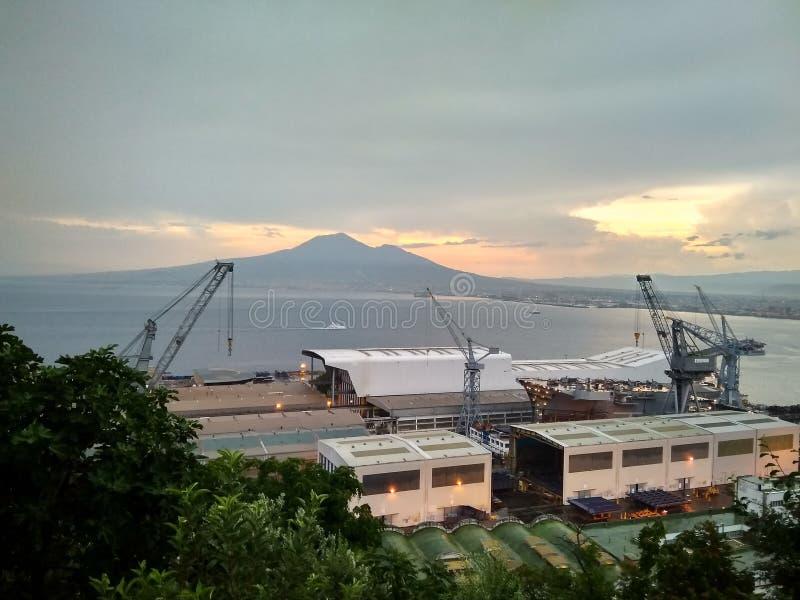 Widok zmierzch w zatoce Naples góra Vesuvius i port zdjęcie stock