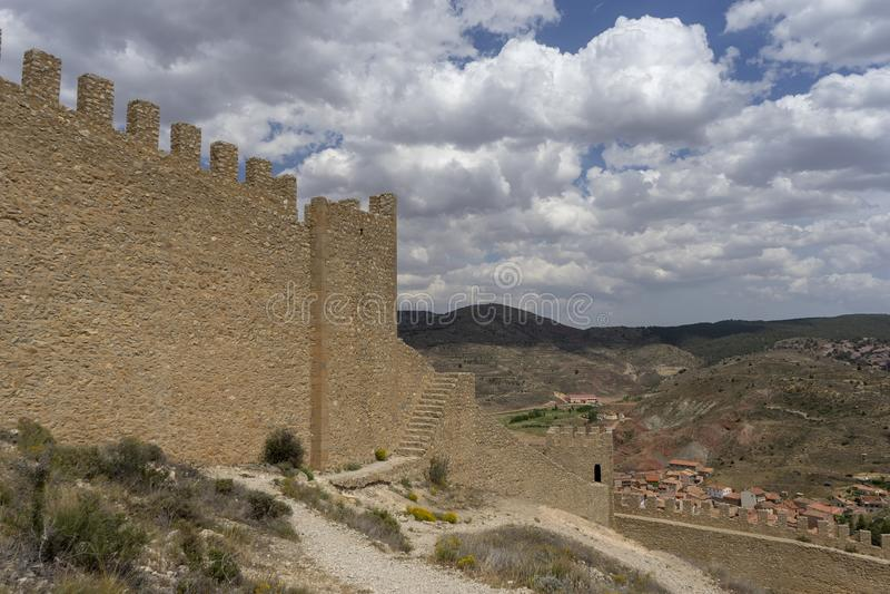 Widoki antyczna defensywy ściana miasteczko Albarracin zdjęcie royalty free