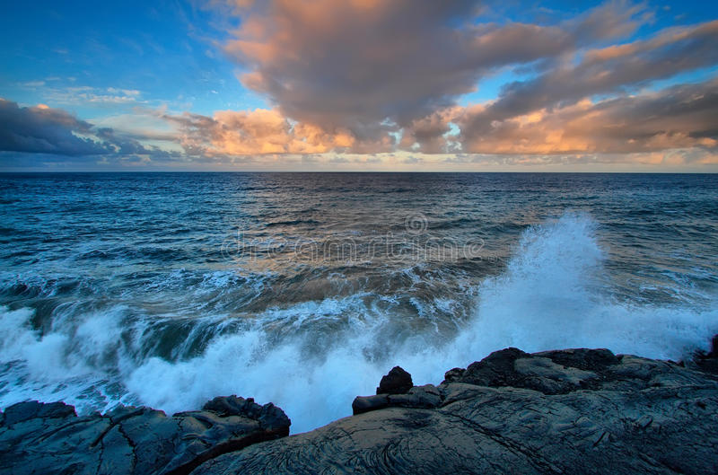 Widoki czarne lawowe skały przy zmierzchem i morze obrazy royalty free