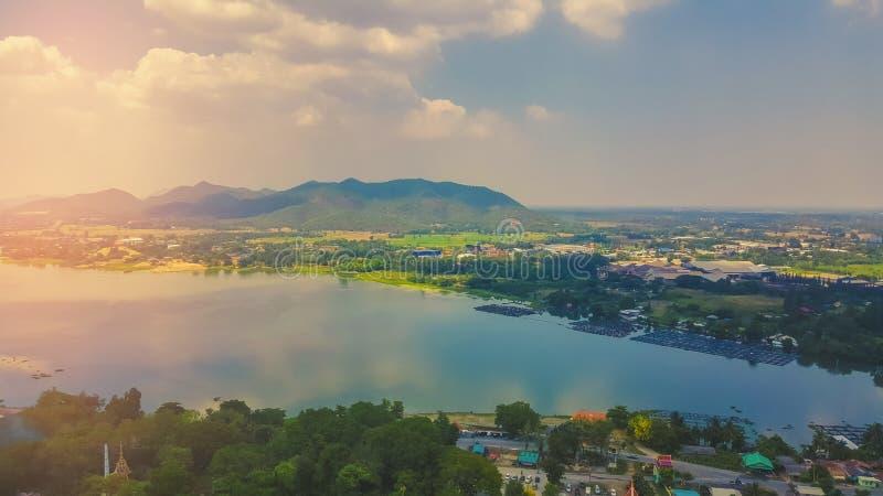 Widoki górscy i ranku światło słoneczne odbijają wodę W pięknym luksusowym parku narodowym Z krajobrazem szczyt w Tajlandia zdjęcie stock