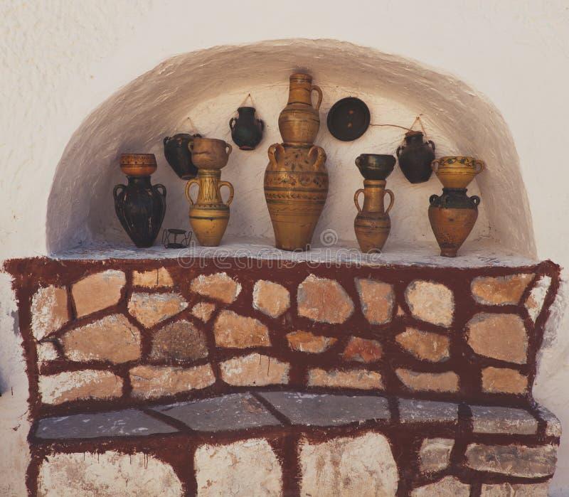Widoki marokańska ceramiczna waza odizolowywająca w biel ściany niszie zdjęcia stock