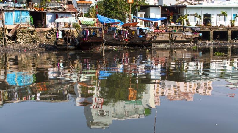 Widoki miasta slamsy od rzeki fotografia royalty free