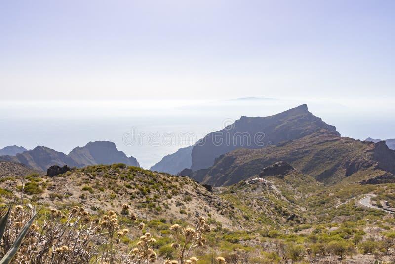 Widoki morze w z odległością wyspa los angeles Gomera, widzieć od halnych wierzchołków zakrywających z pięknymi roślinam zdjęcie royalty free