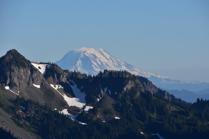 Widoki Od wschodu słońca: Góra Adams, Wspina się Dżdżystego parka narodowego, Kaskadowe góry, Pacyficzny północny zachód, stan wa obraz royalty free