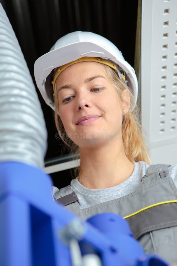 Widoku żeński ręczny pracownik z wentylacja wężem elastycznym obrazy stock