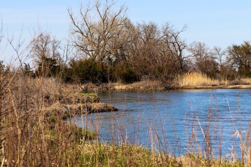 widoku odprowadzenie wzdłuż półkowego rzecznego Nebraska w Tooley parku Marquette obrazy royalty free
